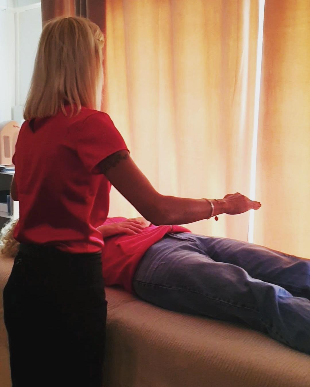 Sophie Vitali pendant une séance de soins en énergies multi-dimensionnelles.