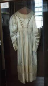 La robe de mariée hantée d'Anna Baker exposée dans sa chambre restaurée au Baker Mansion.