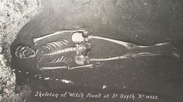 Le squelette decouvert en 1921 attribue à la sorciere Ursula Kemp_original_backup